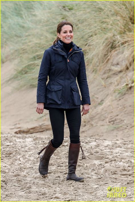 Kate Middleton & Prince William Journey to the Beach in