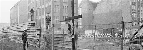 An Hour Dying in No Man's Land: Teen's Berlin Wall Tragedy
